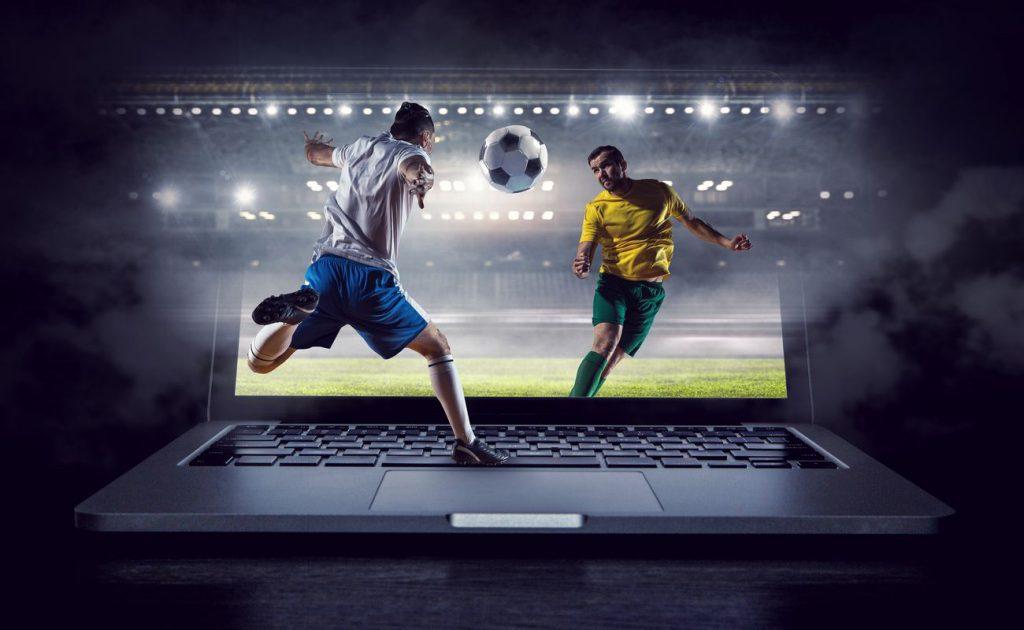 Pemain sepak bola ditampilkan melalui layar laptop