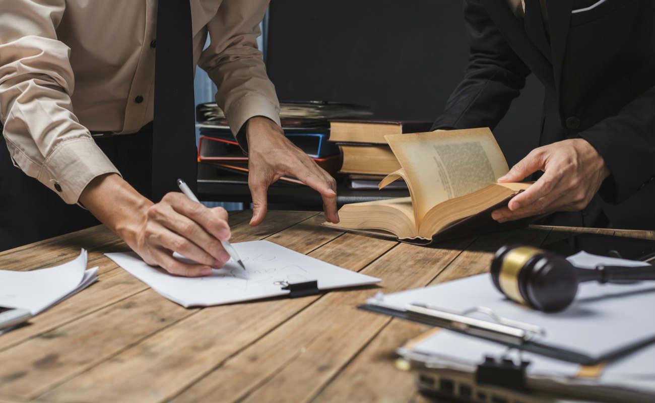 pengacara yang mengerjakan undang-undang hukum di ruang sidang