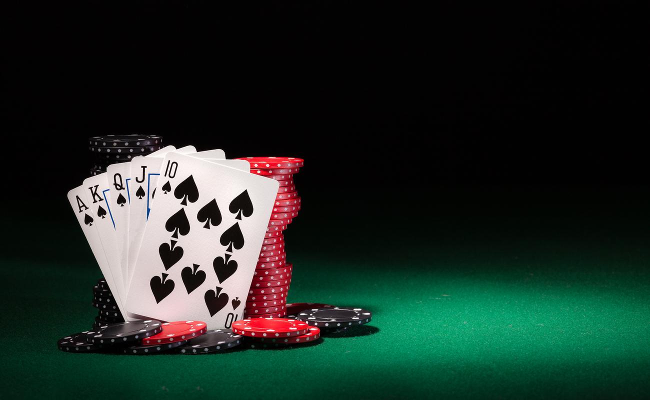 Kartu poker dan chip dengan latar belakang gelap.