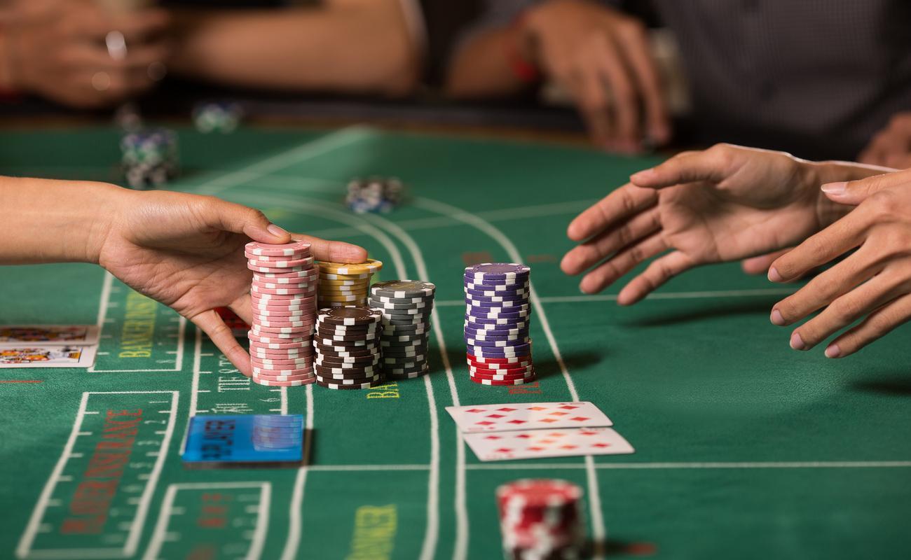 Seseorang yang menerima kemenangan Baccarat mereka dalam chip poker