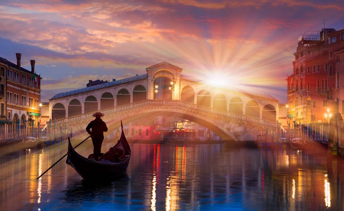 Gondola dekat Jembatan Rialto di Venesia, Italia