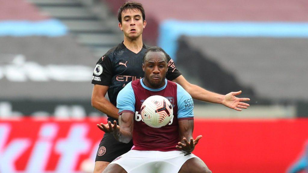 Striker West Ham Michail Antonio melindungi bola dari pemain Manchester City di Liga Inggris