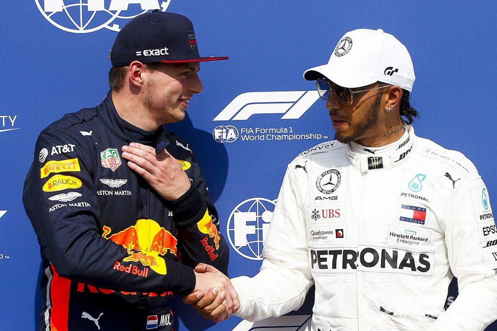 Max Verstappen dan Lewis Hamilton berjabat tangan